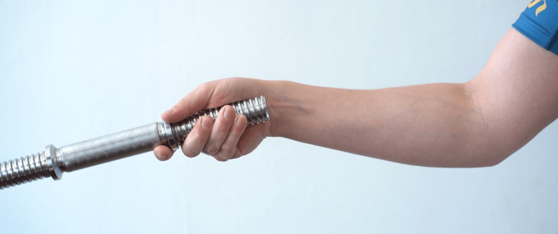Training mit Kurzhantelstange für mehr Muskeln im Unterarm