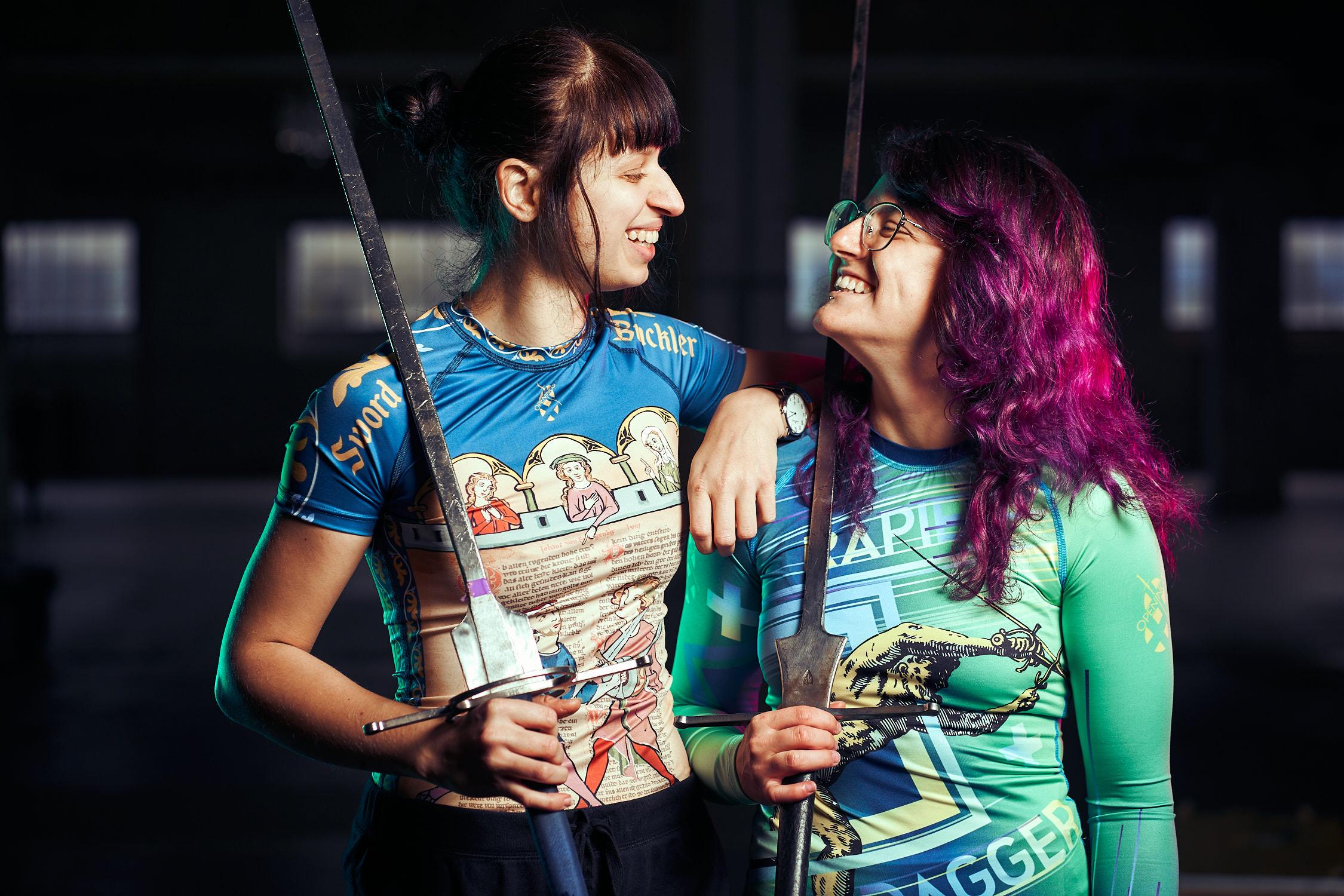 Zwei Frauen mit Langschwertern und Rashguards von 8Openings