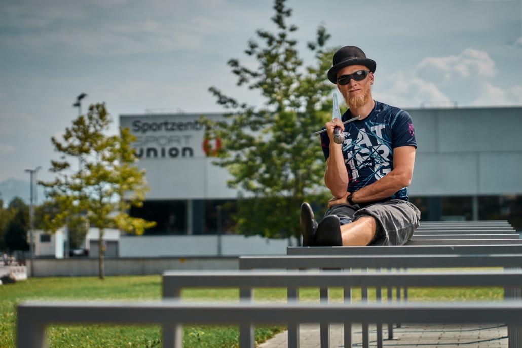 INgulf mit Langschwert in Salzburg vor Sportzentrum Mitte